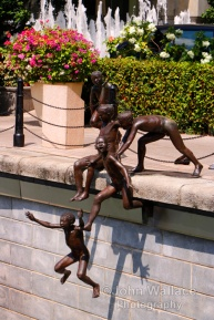 A sculptured scene by Chong Fah Cheong (born 1946) depicting an early scene of children playing in the Singapore River